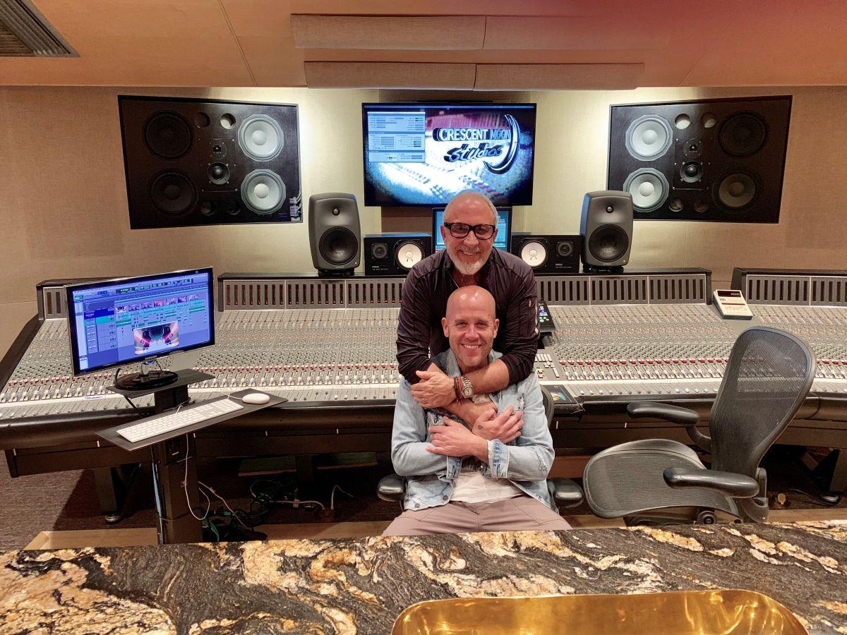 Emilio Estefan y Gian Marco han colaborado en el vídeo.