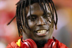 NFL no castigará a receptor de Kansas por presunto caso de violencia hacia su esposa e hijo