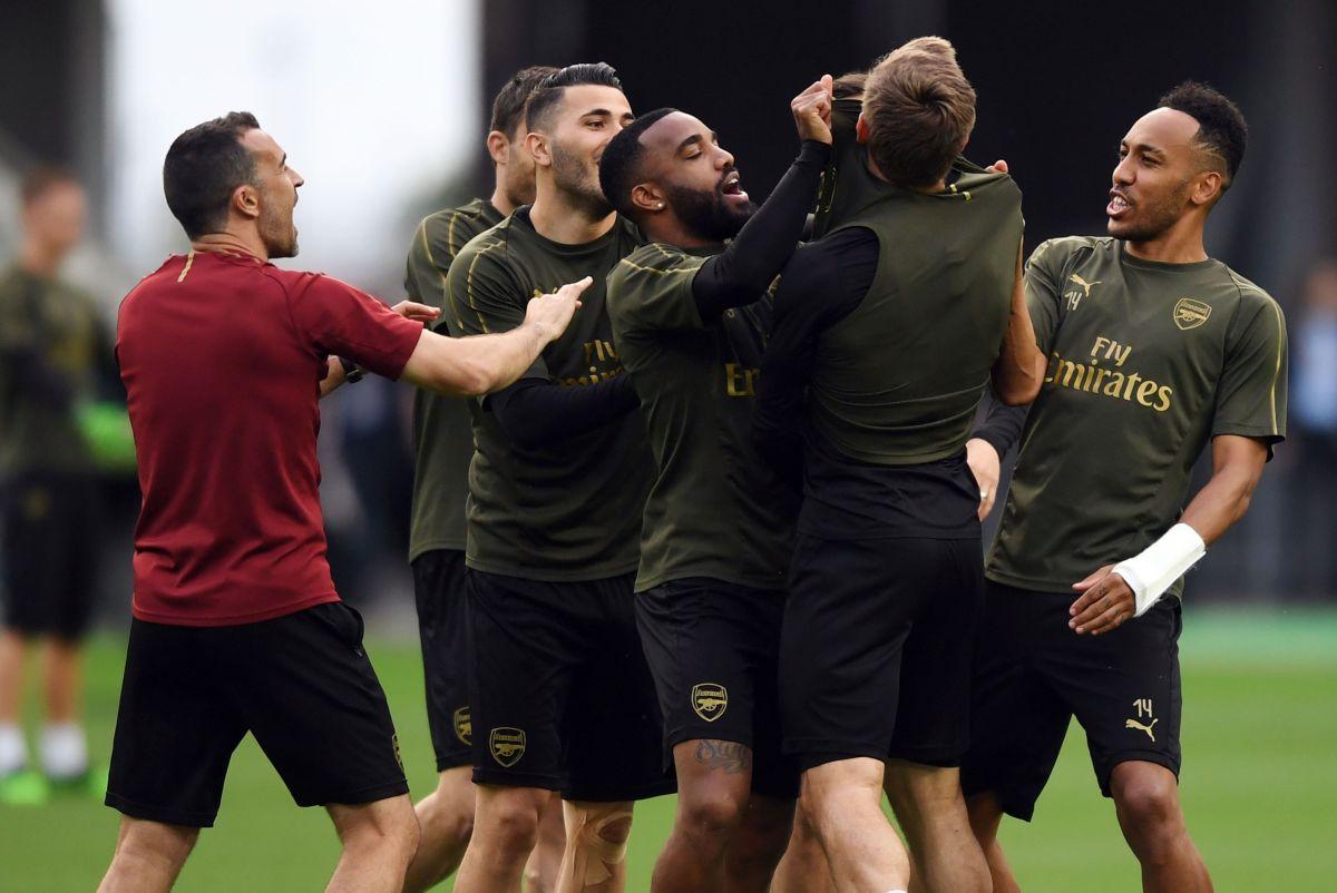 Jugadores del Arsenal le pintan la cara a un aficionado