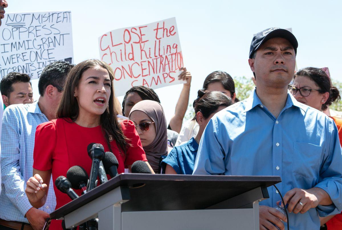 Inmigrantes detenidos beben agua de llave pegada al inodoro, acusa Alexandria Ocasio-Cortez