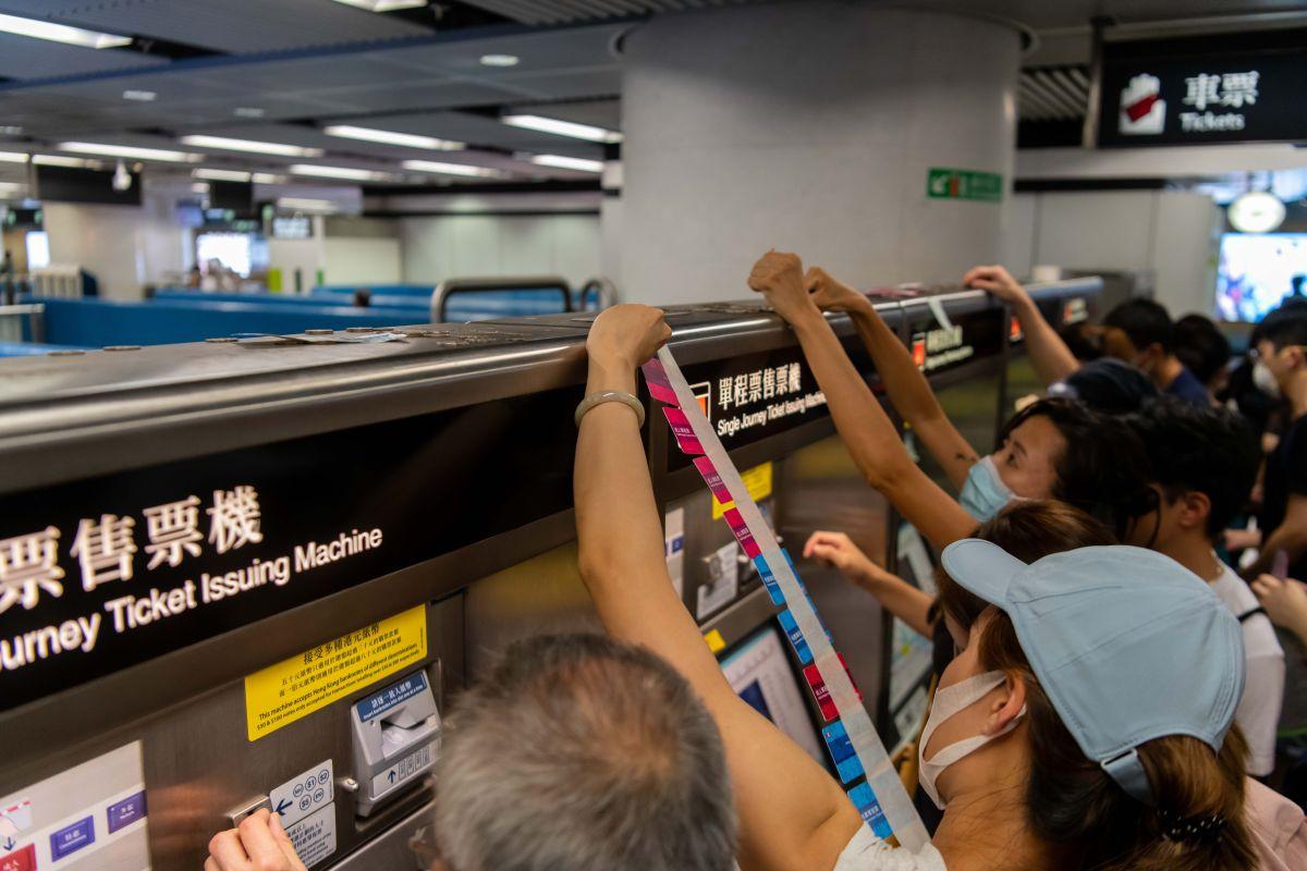 Video: Brutal apaleamiento con barras metálicas a manifestantes en metro de Hong Kong