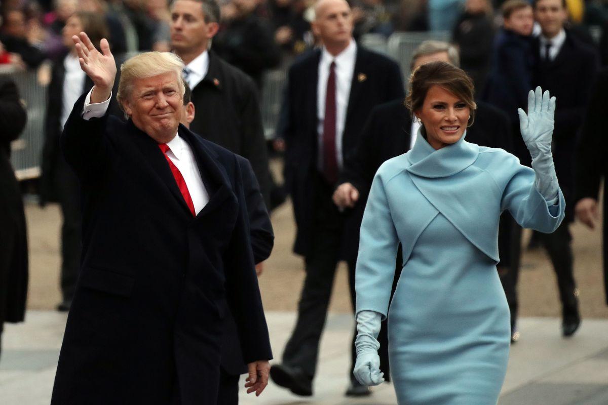 La estatua tenía que llevar el color del abrigo que la primera dama llevó en la investidura.