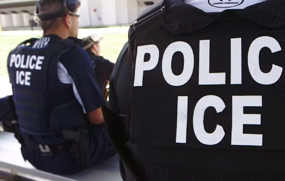 Alertan a empleadores sobre formulario para inmigrantes en medio de redadas de ICE
