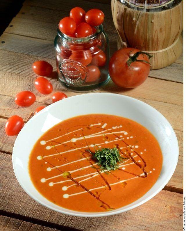 Deliciosa sopa de jitomate asado con aceite de albahaca, un verdadero manjar.