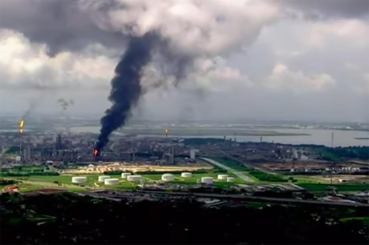 Incendio en refinería de Exxon Mobil en Texas; residentes del área deben buscar refugio