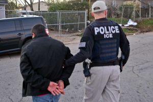 Reportan que ICE detiene a 14 inmigrantes en una fábrica