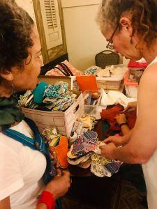 """Mujeres """"cosen sueños"""" y toallas sanitarias reusables desde Puerto Rico para el mundo"""