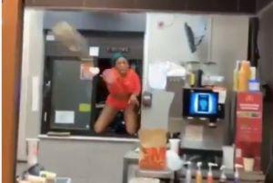 Clienta enfurecida con empleados de McDonald's se mete a la tienda por la ventana del Automac