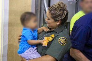La historia del niño que una oficial de la Patrulla Fronteriza carga en brazos