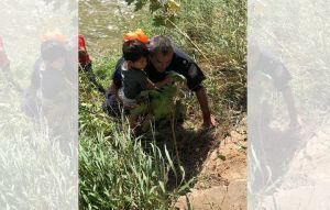 Agentes migratorios rescatan a un padre y su hijo de ahogarse en Río Grande