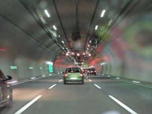 ¿Cuáles son las medidas de seguridad para pasar un auto en la vía?