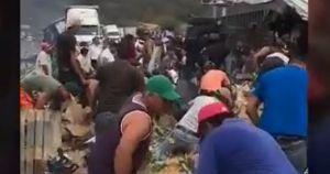 VIDEO: Roban mercancía de tráiler mientras el chofer se calcina en la cabina