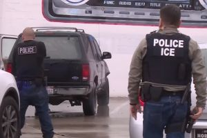 ICE detiene a más de 100 inmigrantes en redada