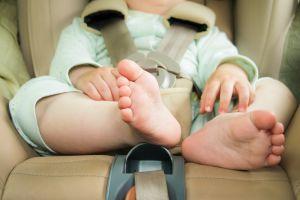 Así son los minutos de agonía de un bebé desatendido dentro de un auto