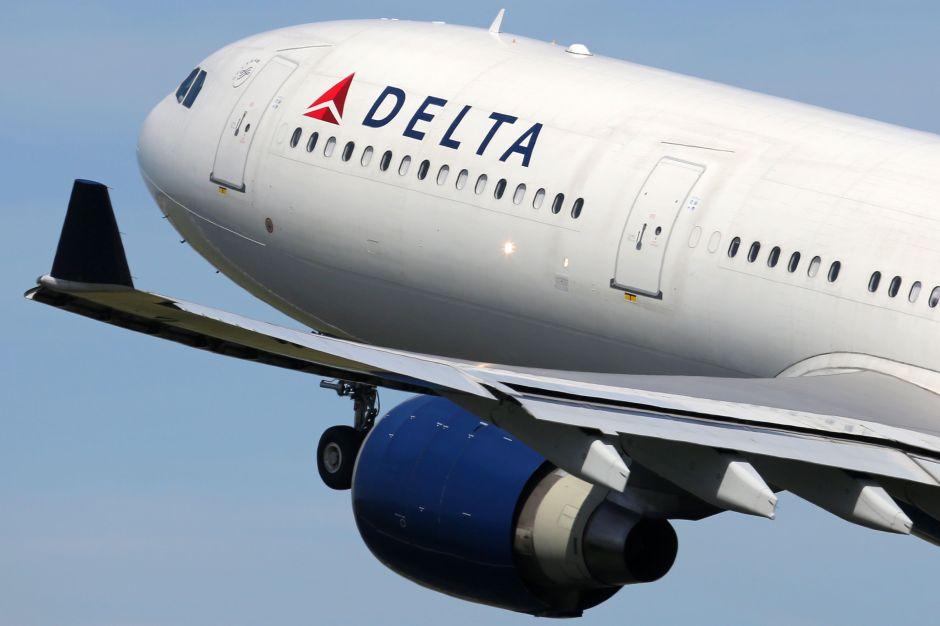 Avión de Delta Airlines aterrizó de emergencia en Nueva York tras impactar con extraño objeto