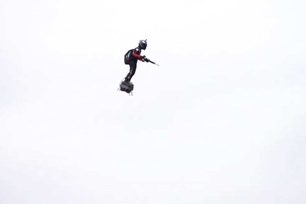 """Video del """"soldado volador"""" que sorprende al mundo"""