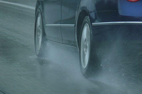 ¿Cómo debemos frenar cuando el suelo está mojado?