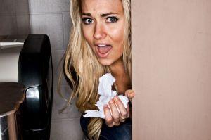 Escuchó a una mujer llorar en el lavabo, increíble lo que sucedió después