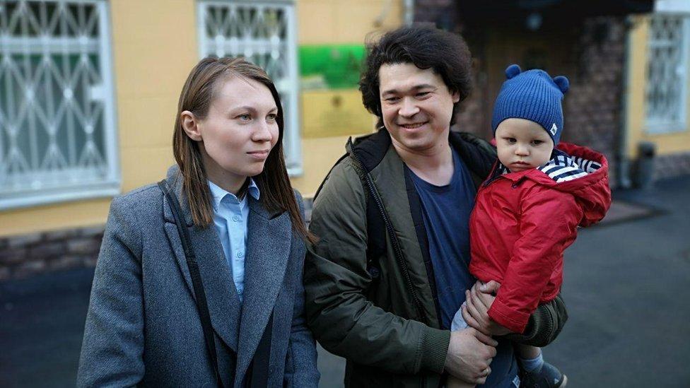 Pareja perdería custodia de su hijo por llevarlo a manifestación contra Putin