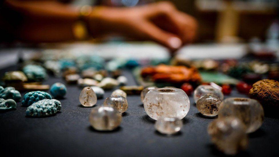 """Pompeya: los enigmáticos objetos hallados en las ruinas de la ciudad sepultada que podrían ser """"el tesoro oculto de un hechicero"""""""