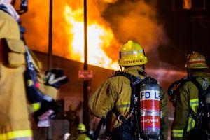 Incendio en Exposition Park. Un hombre muerto y una mujer en estado grave