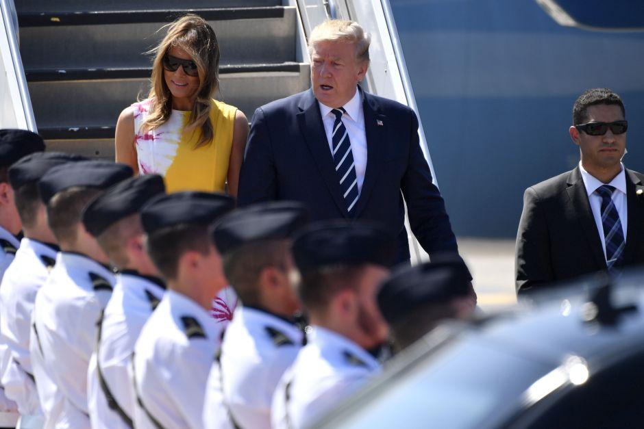 """La foto de soldados franceses que """"se comen"""" con la mirada a Melania Trump"""
