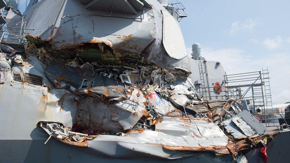 Por qué la Marina de Estados Unidos va a desechar las modernas pantallas táctiles de sus buques para reinstalar timones