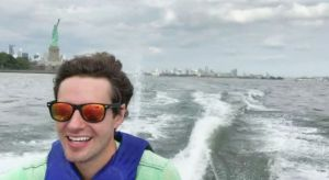 El empleado más original de Nueva York: llega al trabajo cruzando el río en jet ski