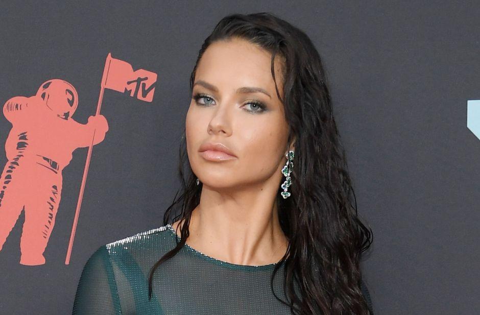 El vestido transparente de Adriana Lima en los MTV VMAs 2019 que deja ver lo que trae debajo