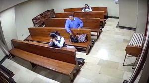 VIDEO: Se roba celular adentro de una iglesia y se persigna antes de escapar