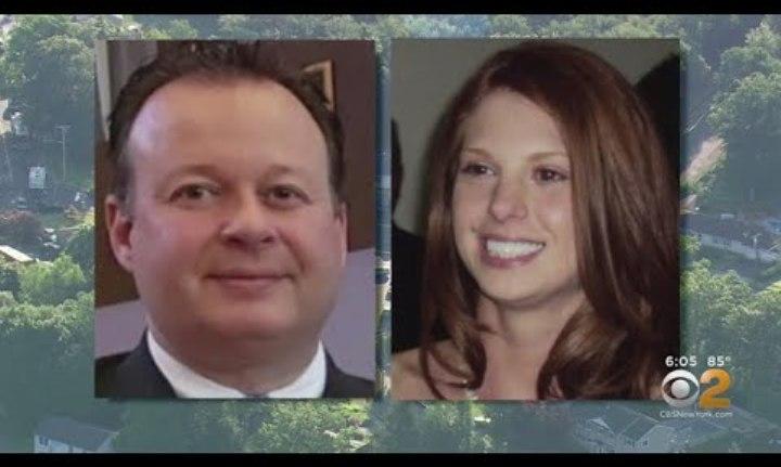 """Policía se declaró """"no culpable"""" de matar a su esposa y herir de 3 balazos a su novio"""