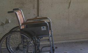 Mujer lleva a anciano muerto en silla de ruedas hasta un banco en Brasil para retirar dinero de su pensión