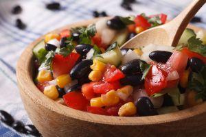 Aumenta tu consumo de fibra y evita el estreñimiento con ensalada de frijol negro