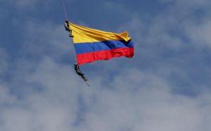 Dos soldados mueren al caer de un helicóptero durante popular Feria de las Flores en Colombia