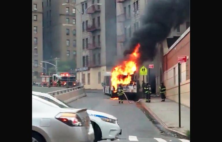 Pasajeros se salvaron al desalojar rápido bus en llamas en El Bronx