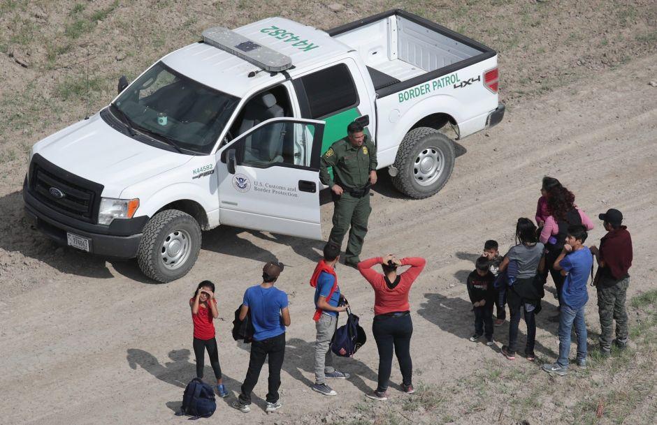 Trump planea prohibir permisos de trabajo a inmigrantes con casos pendientes