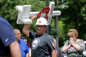 Este es el carpintero que construye cruces para quienes mueren en los tiroteos