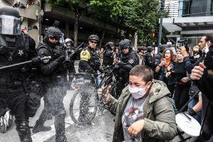 VIDEO: La policía toma el control de Portland tras choque entre grupos extremistas, al menos 13 arrestos