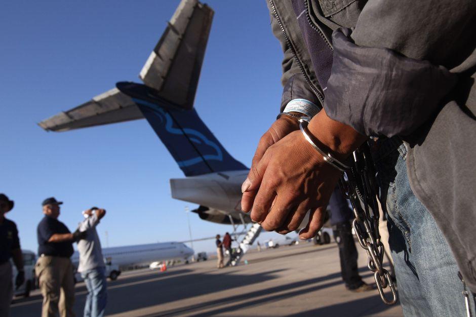 ICE deporta a 120 hispanos de un solo país en un vuelo