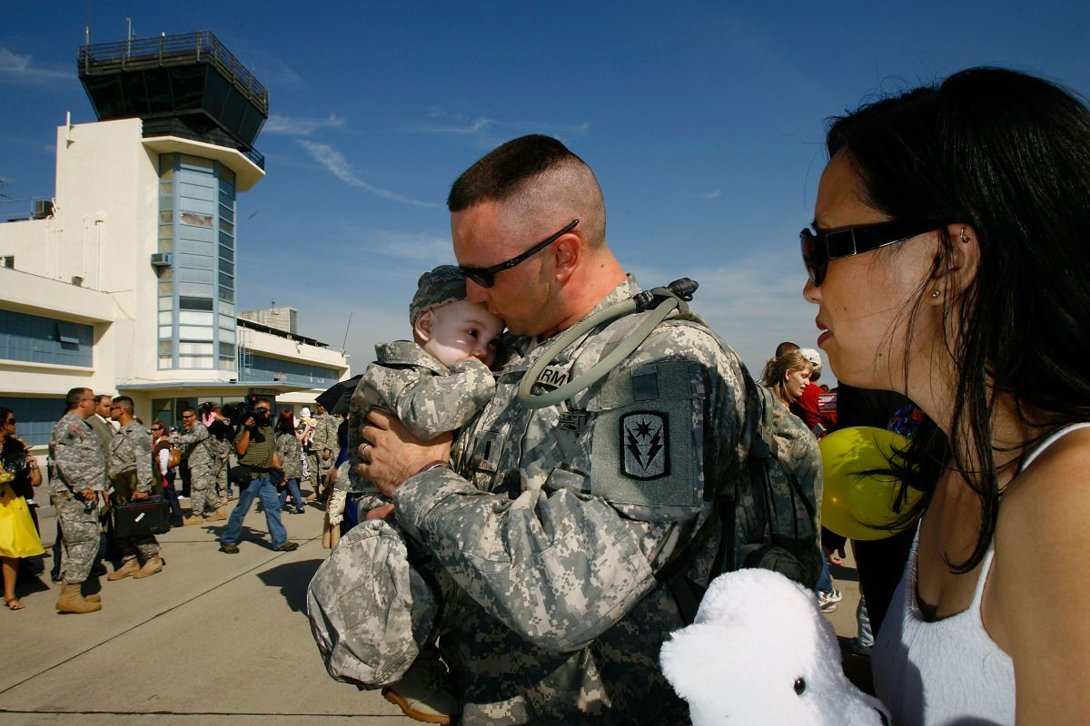 USCIS enfrenta críticas por negar ciudadanía automática a hijos de militares nacidos en el extranjero