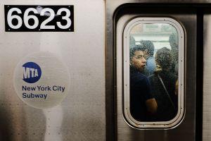 Hombre interviene en una pelea en tren L del Subway de NYC y termina con la cara cortada