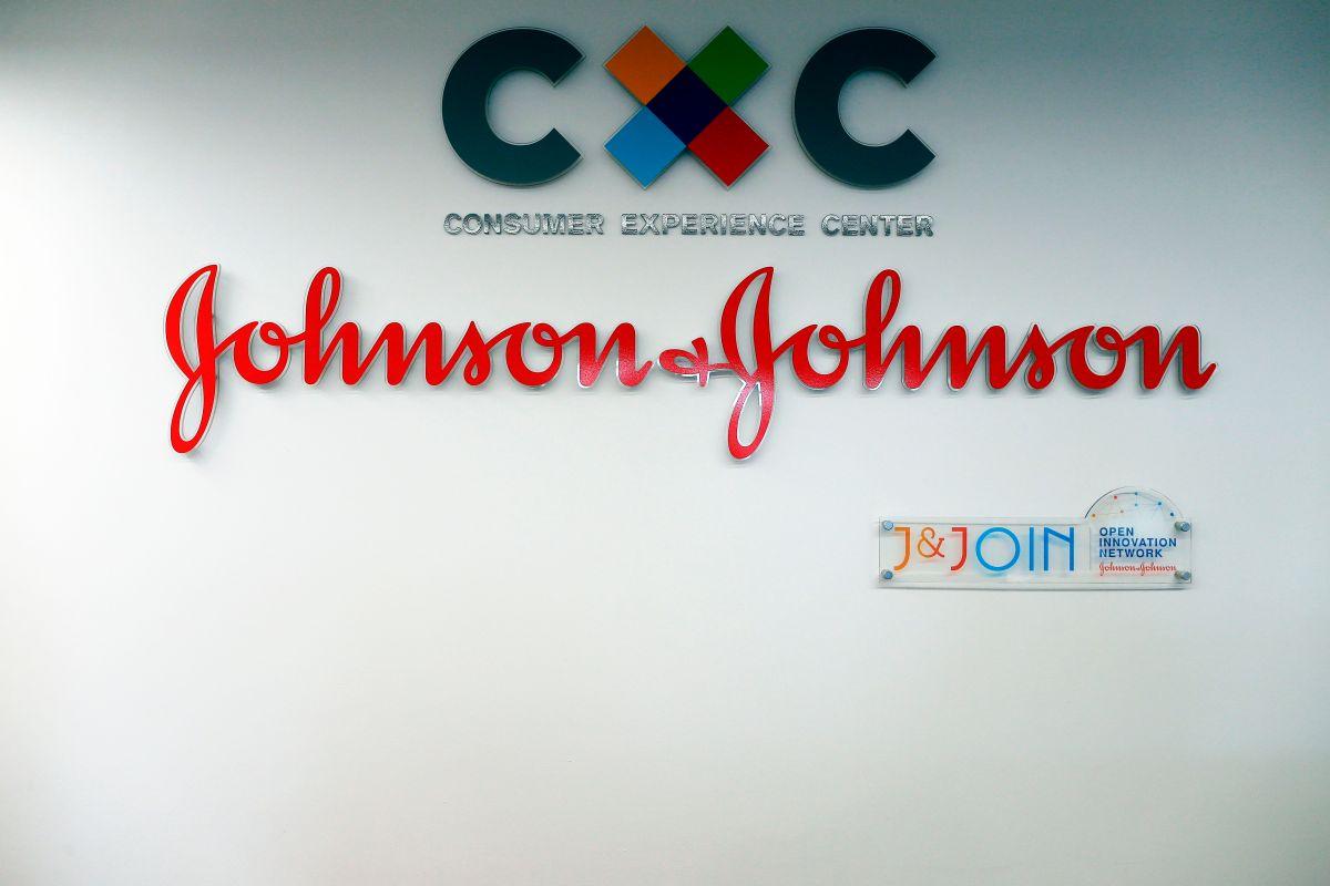Juez ordena a Johnson & Johnson pagar $572 millones por crisis de drogas