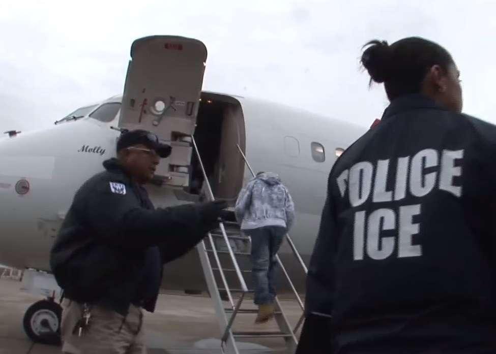 A un inmigrante le pareció buena idea agredir a oficial de ICE y ahora paga las consecuencias