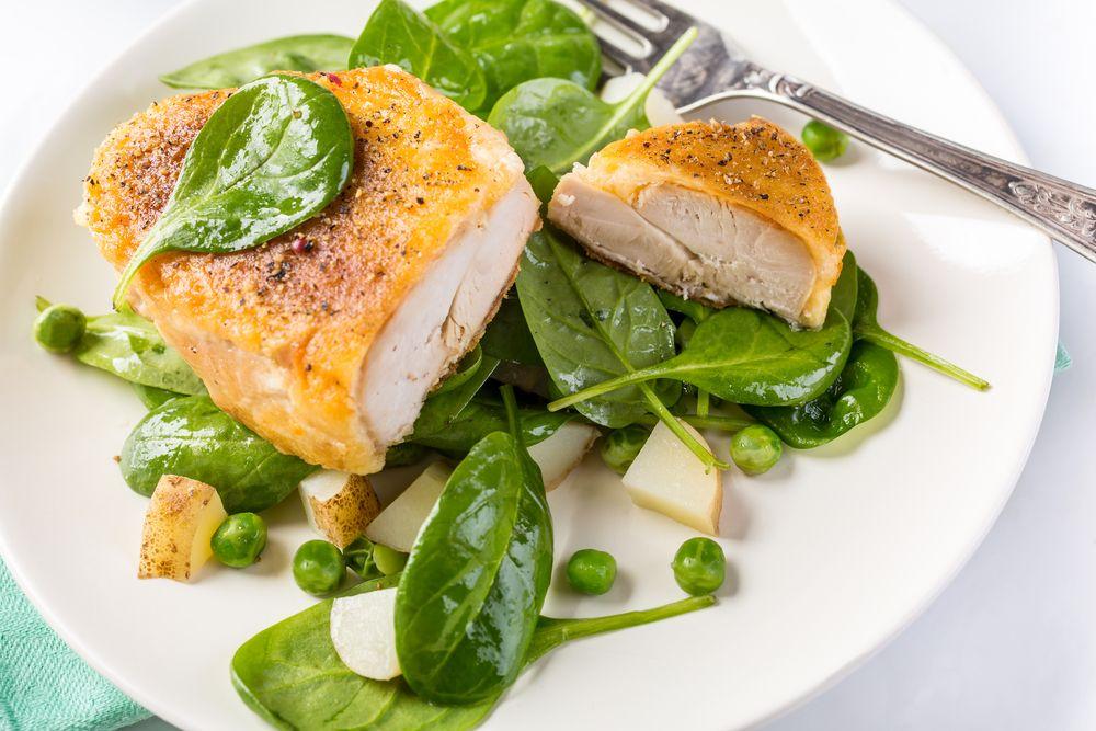 El pollo es una proteína rica en vitaminas y minerales, destaca su aporte en vitamina B6, fósforo y selenio. La vitamina B6 ayuda a que el organismo tenga más energía y hace que el cuerpo queme calorías.