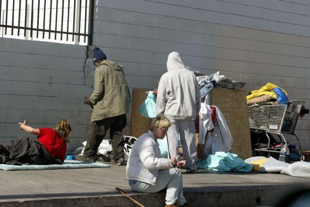 """Regla de la """"carga pública"""" llevaría a la pobreza extrema a miles de personas en California"""