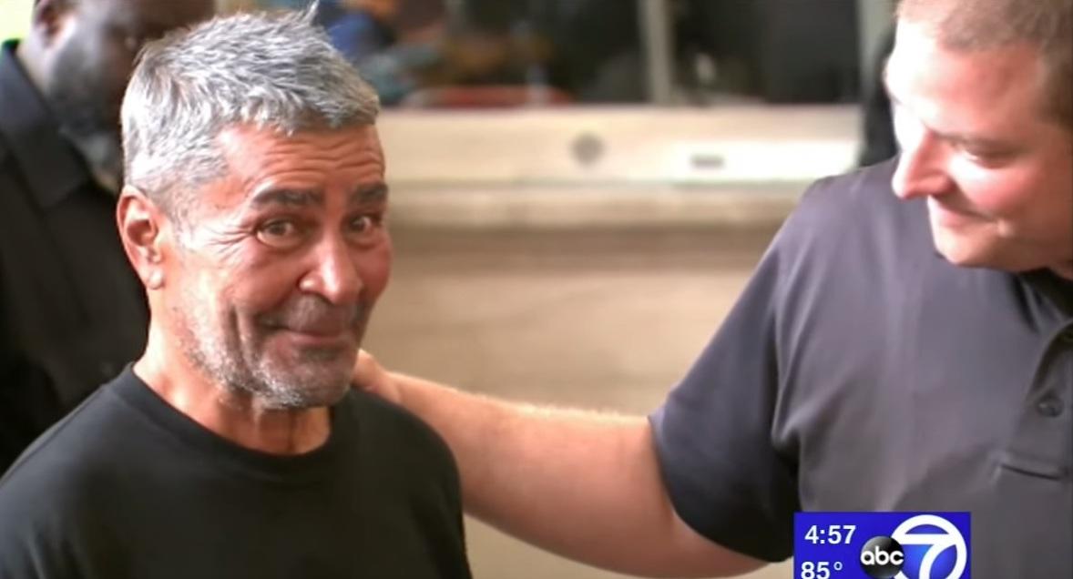 Milagro: abuelo hispano indigente sale de la calle y se reúne con su familia 24 años después
