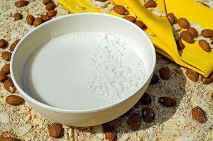 Elimina la inflamación y mejora tu digestión, con maravillosa receta de leche de almendra