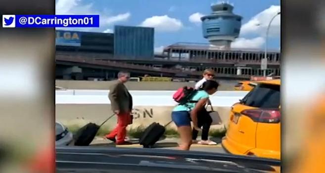Construcción genera caos de tráfico en aeropuerto LaGuardia de Nueva York; pasajeros sudan caminando para no perder el vuelo