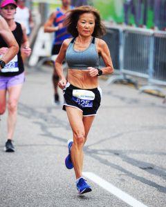 Esta abuela de 71 años alcanza récord mundial en una maratón