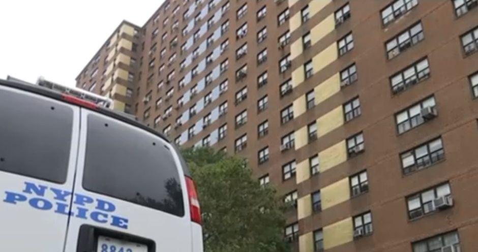 Roban y golpean a repartidor de comida dentro de edificio NYCHA en Manhattan
